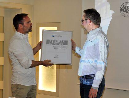 Raumausstattermeister André Schwarz aus Malente erhält seine MeinMaler-Partner-Urkunde von Matthias Schultze