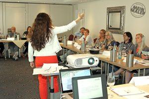 Handwerkstrainerin Andrea Eigel referiert über zeitgemäße Kommunikation